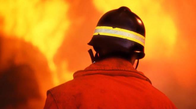 Maxi incendio all'Italgelatine: impegnati anche i Vigili del Fuoco di Asti
