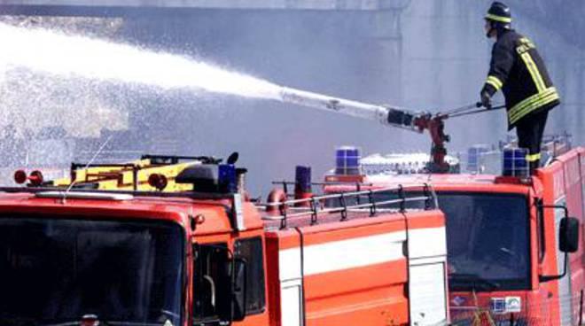 A Tigliole va a fuoco un fabbricato rurale a causa di un incendio scatenato dalle rotoballe