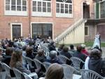 Cortile affollato domenica alla Cascina del Racconto di Asti
