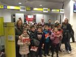 Ad Asti Dante i bimbi della scuola Rio Crosio spedisono nella buca speciale le letterine a Babbo Natale