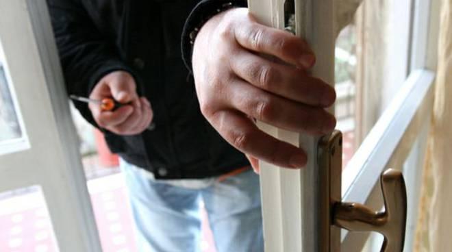 Asti, aggredito e picchiato da tre uomini sorpresi mentre tentano rapina in villa a Viatosto