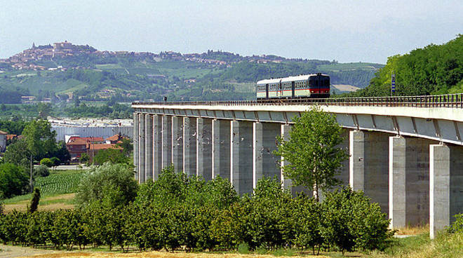 Alessandro Mortarino: ''Aspettando che il treno Asti-Castagnole Lanze torni a passare...''