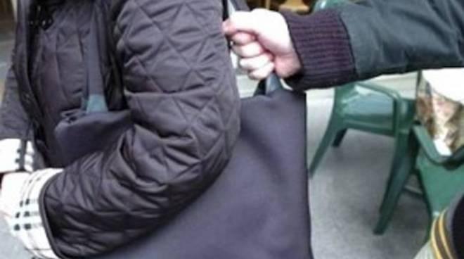Ancora un episodio di scippo ad Asti, rubata borsa ad una donna in Piazza Campo del Palio