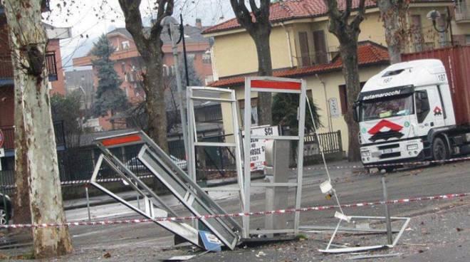 Canelli, cabina telefonica fatta saltare in aria nella notte da un ordigno esplosivo