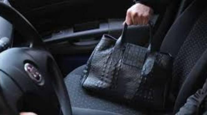 Asti, scende dalla macchine per chiudere il garage e le rubano la borsa