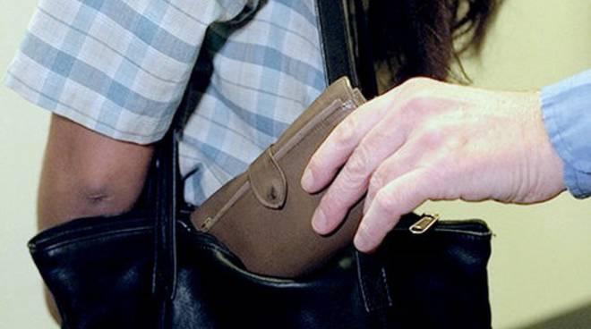 Asti, ''sfila'' il portafoglio dalla borsa di un'anziana al supermercato; arrestato dai Carabinieri
