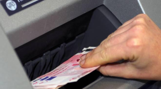 Asti, trova un portafogli e preleva dal bancomat contenuto, poi si pente e si presenta in Questura