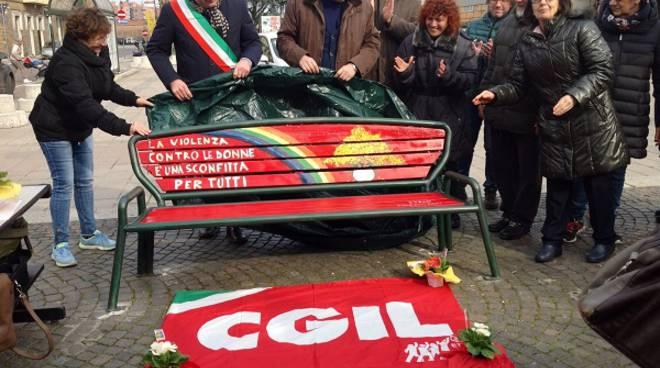 Asti, una panchina rossa contro la violenza sulle donne