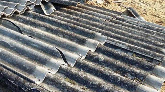 Iniziata la rimozione di rifiuti in amianto abbandonati ad Asti