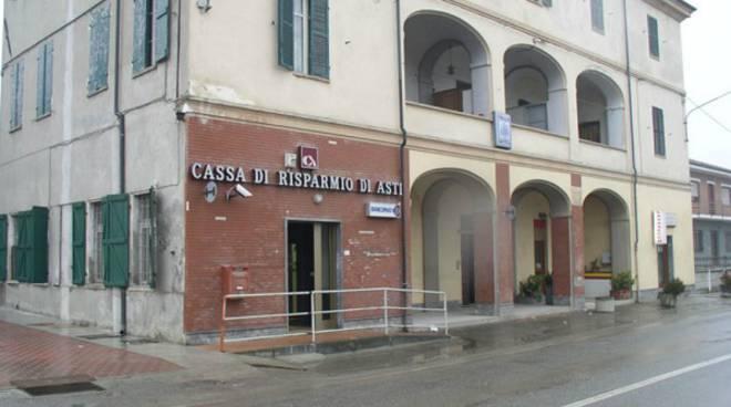 Sradicano Bancomat alla filiale di Robella della CR Asti e poi lo abbandonano in campagna