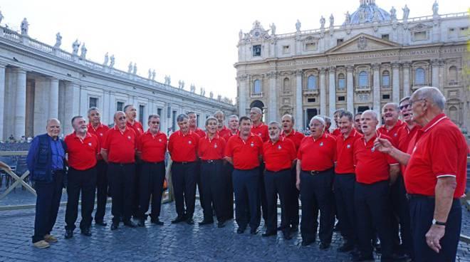 Il Coro Stella Alpina di Alba, in San Pietro, per la Messa all'altare della Cattedra