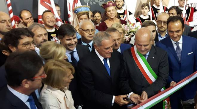 Taglio del nastro con Pietro Grasso dell'86a Fiera internazionale del Tartufo Bianco d'Alba (Foto)