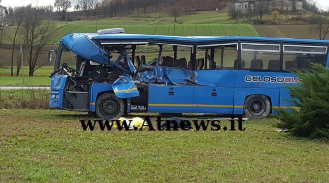 Incidente mortale a Montegrosso, pullman si scontro con autocarro
