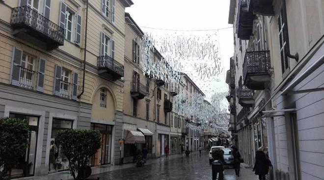 Iniziato il montaggio delle luminarie ad Asti, aumenta il numero di vie e piazze addobbate