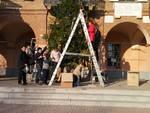 A Castelnuovo Belbo bambini entusiasti per l'albero di Natale in piazza del Municipio