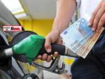 Codacons: benzina, stangata da 130 milioni di euro su italiani in vacanza tra Natale e Capodanno