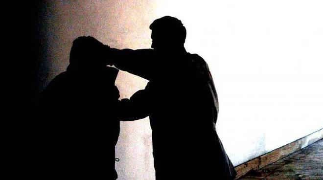 Asti, in Corso Ferraris uomo colpito con pugni sul volto e derubato del borsello