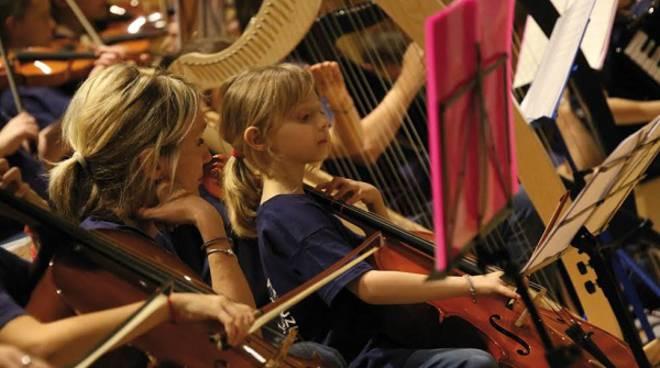 Alba, concerto di Carnevale dei piccoli musicisti dell'Istituto Civico Lodovico Rocca con i Diavoletti Suzuki