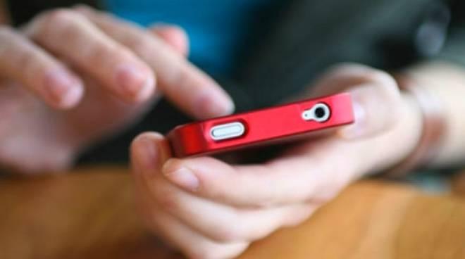 Truffe telefoniche sugli smartphone, ecco i nuovi numeri a cui non rispondere