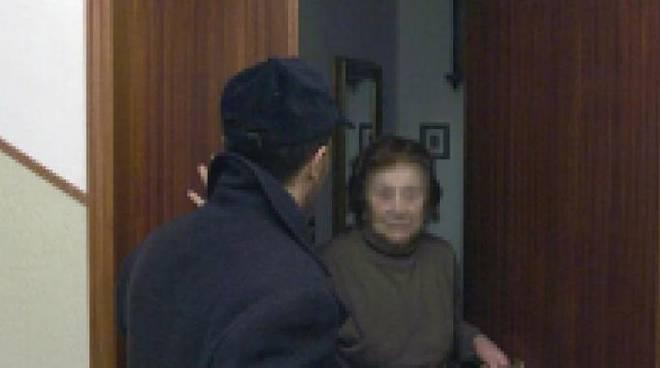 Asti, anziani derubati in casa da un finto operatore del gas