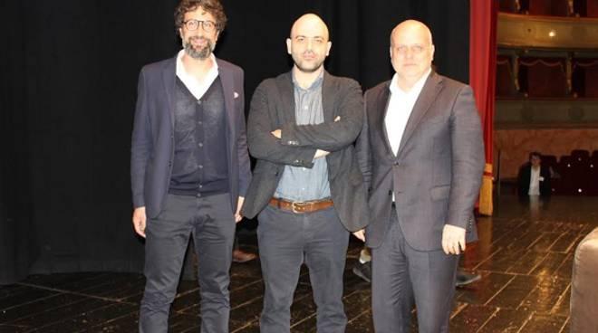 """Roberto Saviano al pubblico del Teatro Sociale di Alba: """"Fate che vivere onestamente non sia inutile"""""""
