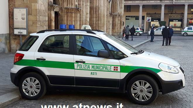 Ubriaco non si ferma all'alt dei vigili, inseguimento ad alta velocità nella notte ad Asti