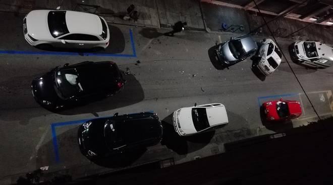 Asti, perde il controllo dell'auto e urta tre vetture parcheggiate in via Verdi