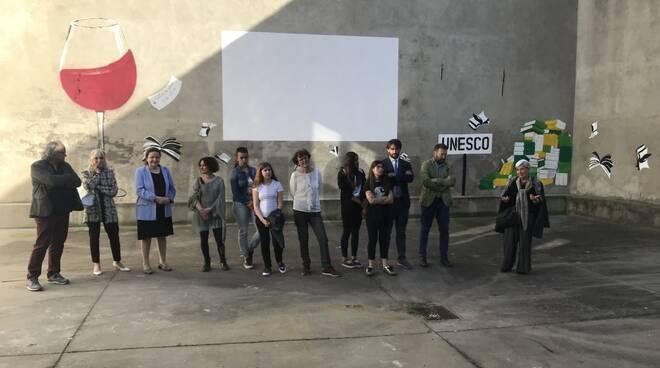 """Inaugurato a Nizza il murale """"di cultura e coltura"""" che colora il cortile della Biblioteca"""