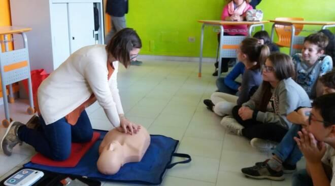 Alla scuola di Nizza Monferrato un nuovo defibrillatore donato dall'unione di Lions e Rotary