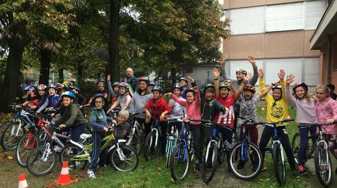 Bimbi in bicicletta con la Ciclofficina per imparare a pedalare in sicurezza