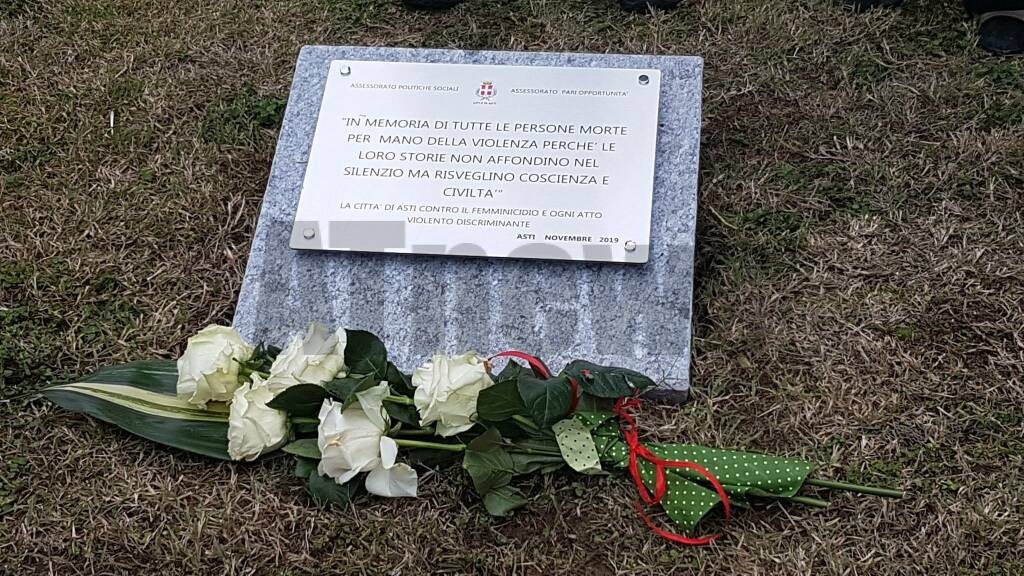 Targa cimitero asti donne vittime violenza