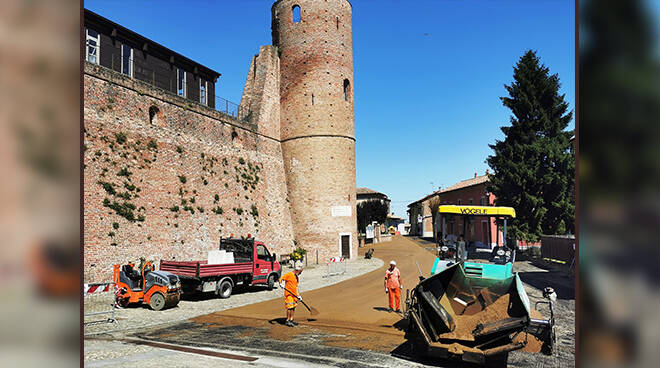 Bitumatura piazza del castello a Moasca