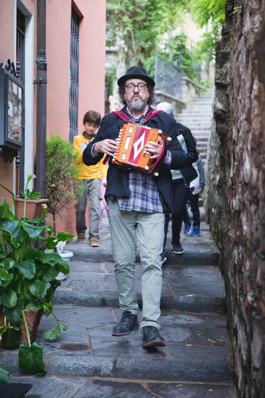 """Teatro, a Castagnole Lanze in scena """"Mi arrendo alle fragole"""" di Antonio Catalano"""
