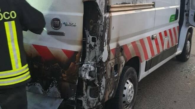 Incendio furgone Asti via Ticino