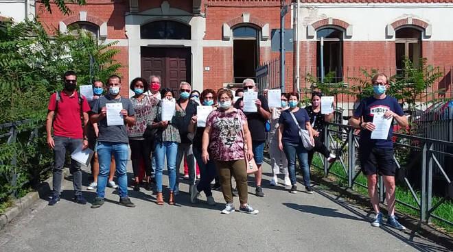 Volantinaggio dei sindacati davanti alla Casa di Riposo di Asti per il No alla privatizzazione