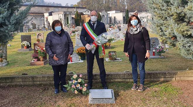 Al Cimitero di Asti rose bianche per le donne vittime di violenza