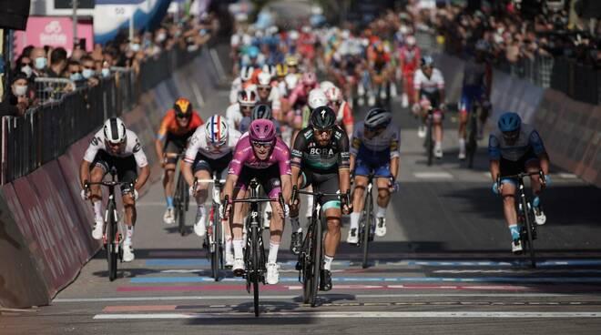 arnaud demare vince 7a tappa giro d'italia 2020
