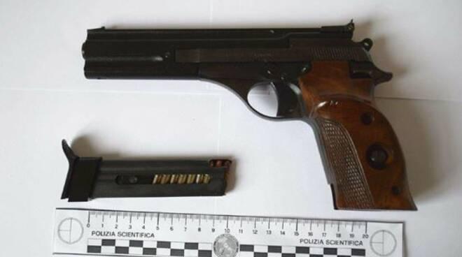 minore con pistola e coltello a scuola