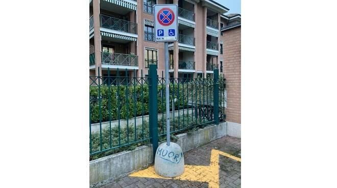 foto scritta parcheggio disabili lettera clemente