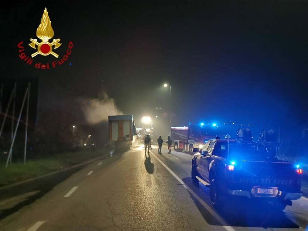 Incendio camion svincolo tangenziale Asti