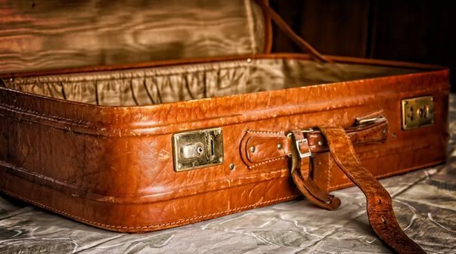 vacanze valigia Foto di Peter H da Pixabay
