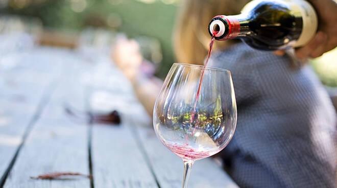 vino rosso, versare vino