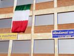 Asti, sulla facciata dell'Artom uno striscione per sensibilizzare l'importanza del vaccino contro il Covid
