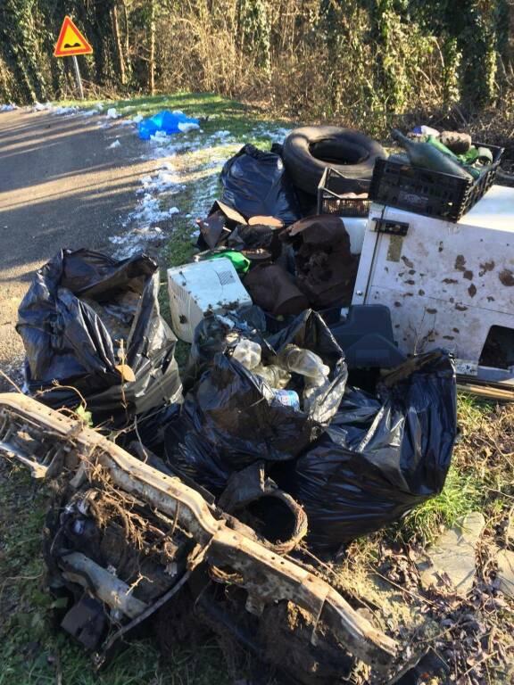 pulizia rifiuti maretto volontari
