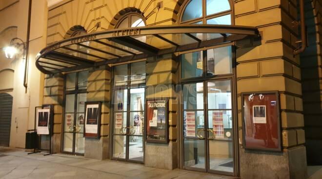 Teatro Alfieri illuminato per protesta