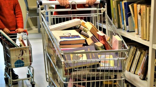 un carrello di libri