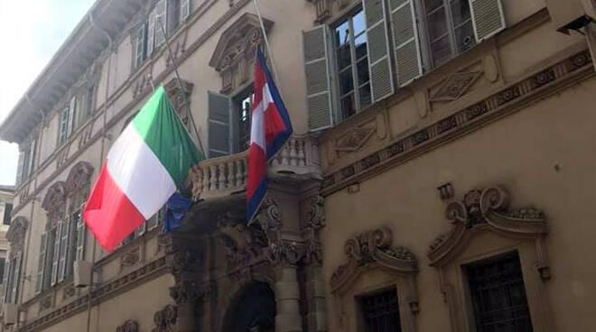Palazzo Lascaris con bandiere a mezz'asti