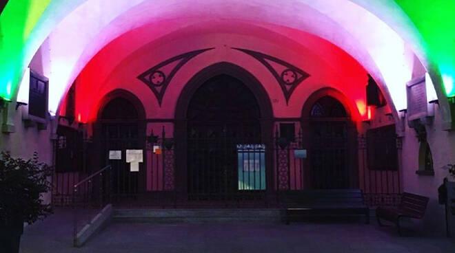 portici del Municipio e le torri di piazza Risorgimento illuminati con il tricolore