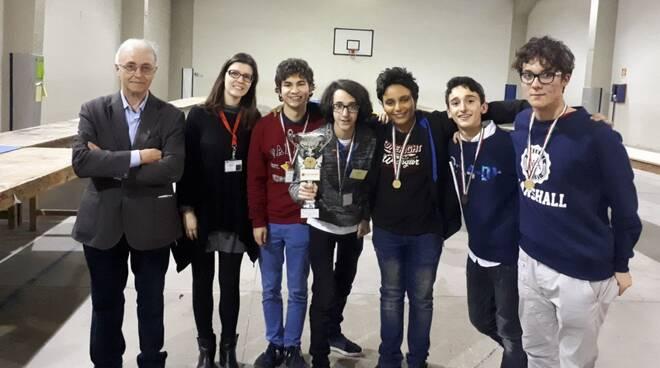 Premiazione Pellati  torneo Scacchi 2017/2018, con gli allievi veterani e la prof. Maura Cucchi Osano