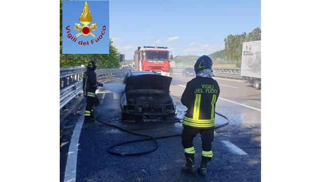 auto in fiamme a33